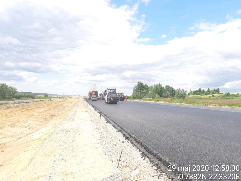 Wykonywanie drugiej warstwy podbudowy AC22P w km 16+800
