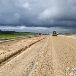 Układanie warstwy podbudowy z kruszywa strona prawa w km 16+500