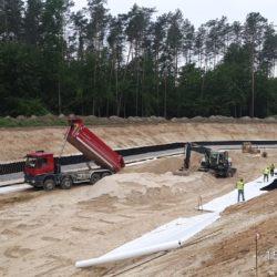 Układanie warstwy piasku pod geowłóklinę Zbiornik nr 1 w km 0+7000