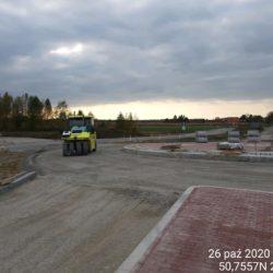 Zagęszczanie podbudowy z kruszywa na rondzie w ciągu DW 857 od strony Zaklikowa