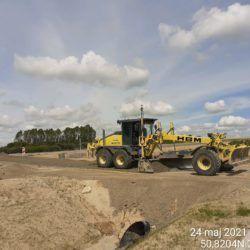 Rozkładanie podbudowy z kruszywa na drodze dojazdowej 5+750