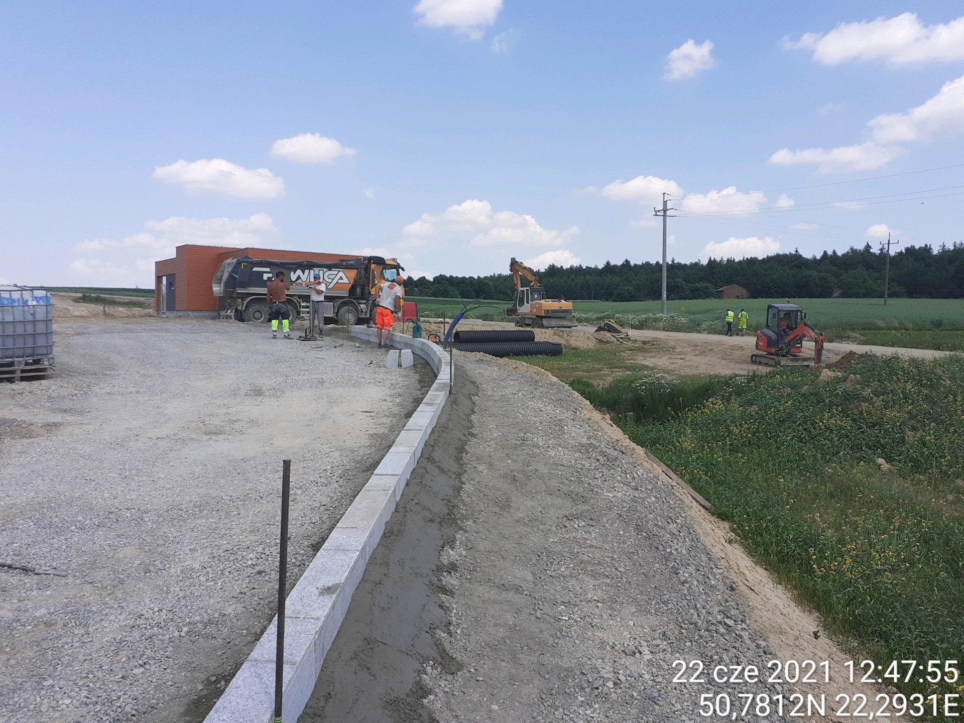 Montaż krawężników betonowych na MOPie lewym