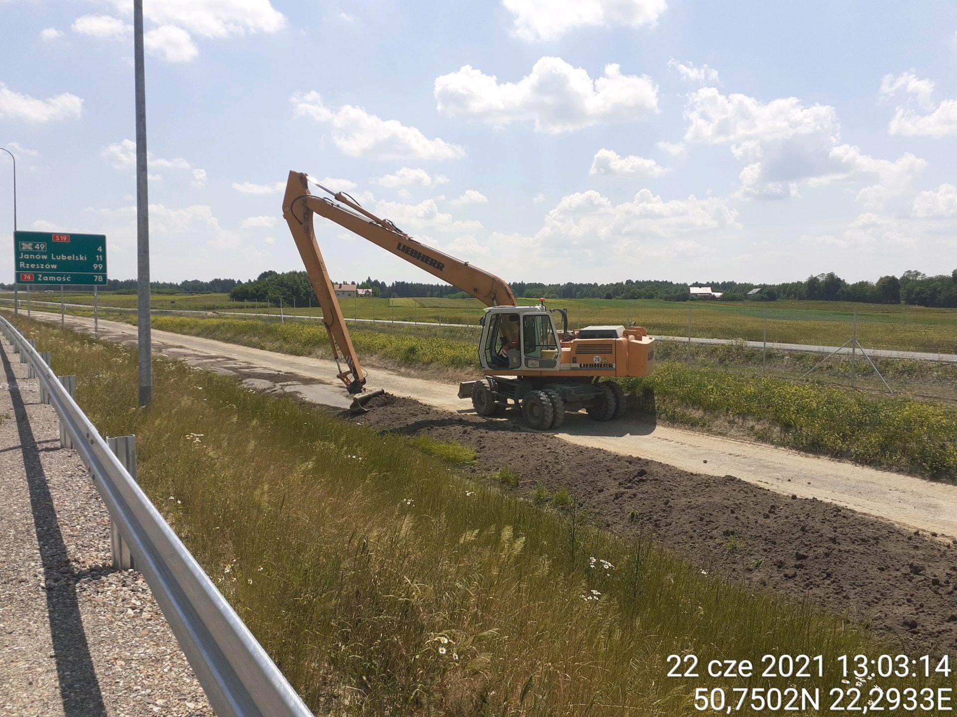 Profilowanie terenu przy drodze technologicznej 14+260
