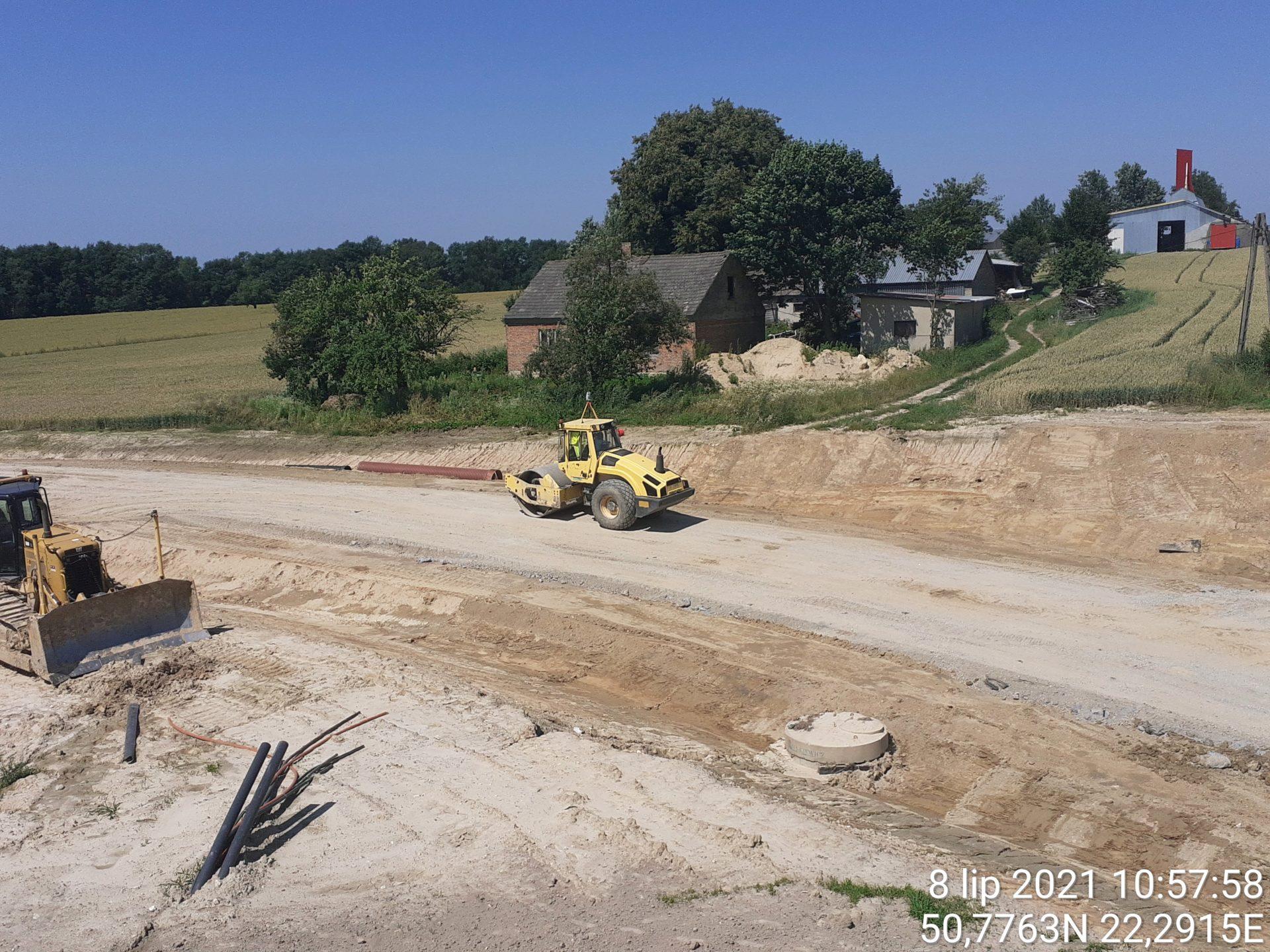 Zagęszczanie podbudowy na drodze dojazdowej 10+690