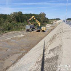 Profilowanie terenu w pasie drogowym oraz załadunek materiału na samochód 12+740