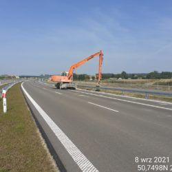 Uzupełnianie ubytków oraz profilowanie skarpy nasypu drogowego 13+700